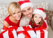 Le familjen som rymmer många gåvaaskar Royaltyfri Foto