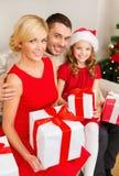 Le familjen som rymmer många gåvaaskar Arkivbilder