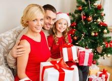 Le familjen som rymmer många gåvaaskar Royaltyfri Fotografi