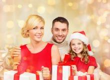 Le familjen som rymmer många gåvaaskar Arkivfoto