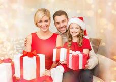 Le familjen som rymmer många gåvaaskar Arkivfoton