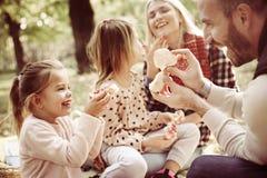 Le familjen som tillsammans tycker om i picknick Royaltyfri Foto
