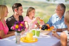 Le familjen tillsammans i natur Royaltyfria Foton