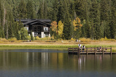 Le famille apprécie le lac en automne Images libres de droits