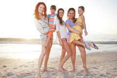 Le famille apprécient le jour d'été à la plage. photographie stock