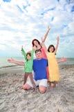 Le famille apprécient le jour d'été à la plage de la Floride. photos stock