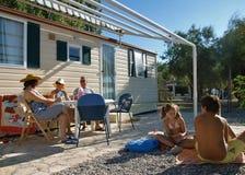 Le famille apprécient les vacances d'été 1 Photo stock