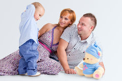 Le famille heureux et nounours-portent image stock