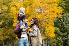 Le famille marche en stationnement d'automne Photo libre de droits