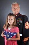Le famille militaire pleure leur perte images stock