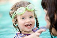 Le famille ont le reste dans la piscine. Photographie stock