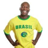 Le fan de foot brésilien est prêt pour donnent un coup de pied  Photo libre de droits