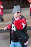 Le fan sûr de l'Alabama dans le chapeau de pied-de-poule fait à numéro un geste Photo stock