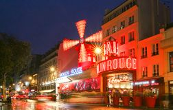 Le fard à joues de Moulin par nuit, Paris, France C'est un cabaret célèbre construit en 1889, plaçant au quartier chaud de Paris Images libres de droits