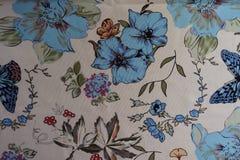 Le farfalle, i fiori e le foglie hanno stampato su tessuto Fotografia Stock Libera da Diritti