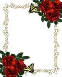 Le farfalle rosse delle rose delimitano l'invito di cerimonia nuziale Fotografia Stock