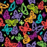 Le farfalle variopinte nello stile d'annata volano su un backgroun nero Fotografia Stock