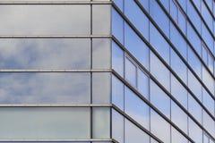Le fasade moderne d'immeuble de bureaux avec des nuages s'est reflété dans les fenêtres Photo stock
