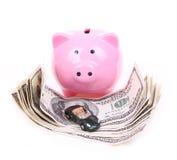 Le fatture del dollaro dei soldi, la banca piggy e l'automobile giocano Immagini Stock