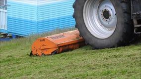 Le fauchage d'ouvrier de conseil de coupeur de coupe d'herbe de tracteur fauchent la tondeuse à gazon clips vidéos