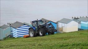 Le fauchage d'ouvrier de conseil de coupeur de coupe d'herbe de tracteur fauchent la tondeuse ? gazon clips vidéos