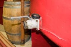 Le fauset d'un réservoir de vin est couvert de la toile d'araignée image libre de droits