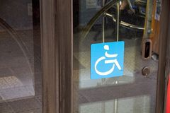 Le fauteuil roulant se connectent un autobus public photographie stock libre de droits