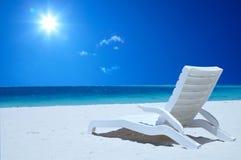 Le fauteuil sur la plage près de l'Océan Indien images libres de droits