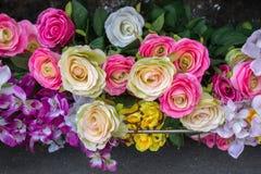 Le faux en plastique fleurit les fleurs colorées Images stock