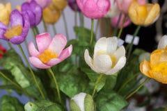 Le faux en plastique fleurit les fleurs colorées Photo stock
