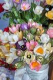 Le faux en plastique fleurit les fleurs colorées Photographie stock libre de droits