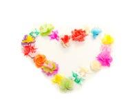 Le faux fleurit l'anneau de forme de coeur sur le fond blanc Photos stock