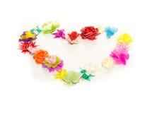 Le faux fleurit l'anneau de forme de coeur sur le fond blanc Photographie stock libre de droits