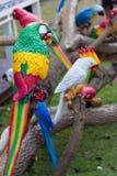 Le faux parrots la statue Photo stock