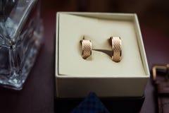 Le fedi nuziali si trovano in una bella scatola di nozze, nozze, Immagine Stock Libera da Diritti