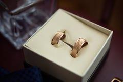 Le fedi nuziali si trovano in una bella scatola di nozze, nozze, Fotografie Stock