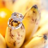 Le fedi nuziali sulle banane fruttificano, nozze in tropici Fotografia Stock Libera da Diritti