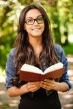 le Femme-étudiant affiche le manuel Image stock