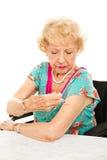 Le femme aîné donne l'injection d'individu Photos libres de droits