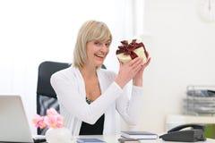 Le femme aîné heureux d'affaires est devenu actuel au bureau Photo libre de droits