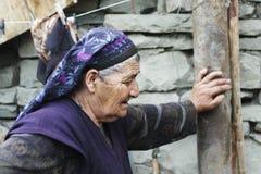 Le femme aîné s'est arrêté pour le délai court Photo libre de droits