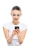 Le femme affiche le message avec texte sur le mobile Image libre de droits