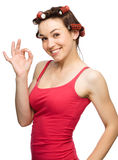 Le femme affiche le signe EN BON ÉTAT Images stock