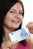 le femme affiche son billet de banque de l'euro vingt Photos stock