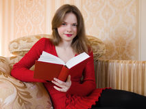 Le femme affiche un livre Photographie stock