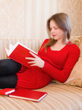Le femme affiche un livre images stock