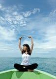 Le femme assez jeune exécute comme yoga Photo stock