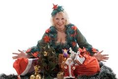 Le femme avec des cadeaux de Noël Photo stock