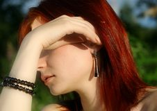 Le femme avec des ornements de bijoutier Image libre de droits