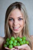 Le femme avec des raisins Photos libres de droits